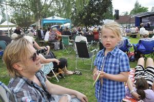Ture Odby, 4,5 år, Gävle, gillade både remmar och musik. På bilden också pappa Markus.