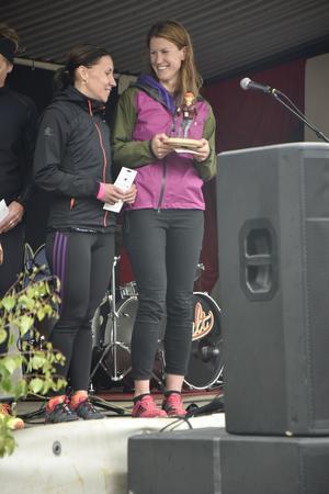 Johanna Bergman, till höger i bild, fick från scenen motta publikens jubel efter sin femte seger i Urskogsloppet.