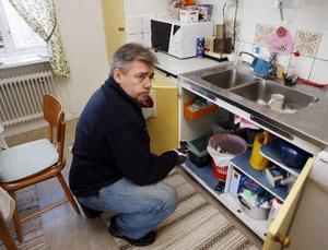 De flesta mössen som Patrik fångar håller till under diskbänken, oftast nattetid. De följer rören in i huset.