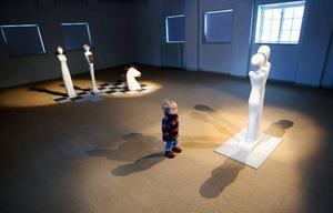 Mångtydigheten går igen i allt som visas på Ahlbergshallen just nu. Måd Demårs utställning av skulptur i sten och metall är i högsta grad sevärd.Foto: Håkan Luthman