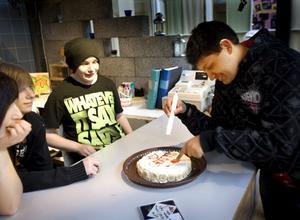 Kalaskul. Roberto Josef firade 16 år och blev bjuden på tårta. Kalaskul för alla som bjöds.