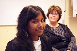 Jyothi Swahn har upptäckt vilka möjligheter som finns i Ljusdal och vill gärna förmedla sina erfarenheter till andra ungdomar. I bakgrunden handledaren Inga Lill Andersson.