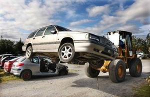 """Det är regeringens sak att få bort skrotbilarna från trafiken och det effektivaste sättet är att genast införa en skrotningspremie igen, menar signaturen """"Maskrosen"""".Foto: Jan Andersson"""