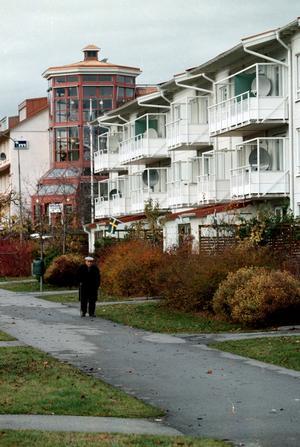 1990-talet. Vallby har blivit en trevligare stadsdel att bo i. De kantiga, grå betonglängorna har fått färg och ett mer varierat utseende.