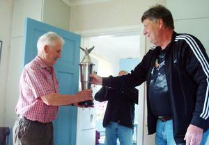 Ingvar Haraldsson åkte upp från Rätan och överlämnade pokalen till en glad Erik Kilberg.
