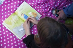 Hanna Hemå gillar att läsa och hon tror att Alwin förstod vad hon läste under berättelsen.    – Men så blir hunden trött och måste vila, läser Hanna Hemå ur boken