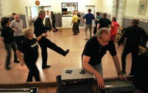 Här dansas hambo. Roger Wester i förgrunden fixar med musiken. Foto: Eva Andersson