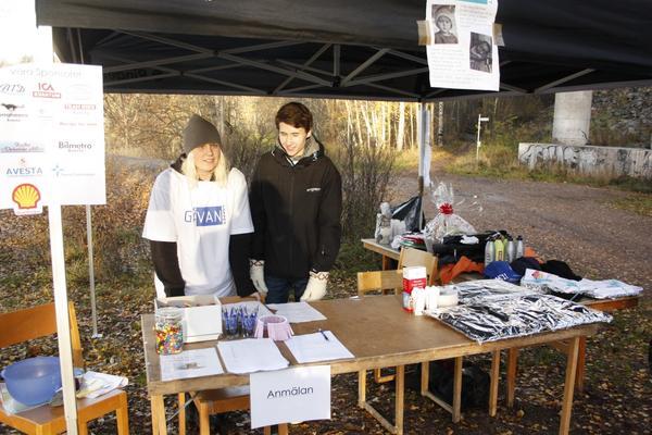 Hanna Nejman och Tomas Bertelsen var nöjda med deltagandet i Gåvans välgörenhetslopp. Sammanlagt kom 62 personer för att vara med i evenemanget. Det gör att 6000 kronor kan skickas till UNICEF.
