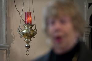 Skenet från lampan förenar katoliker i hela världen. I förgrunden syns Alice Palm.
