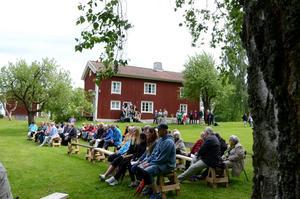 Hallsbergs hembygdsgård, där regnet precis höll sig borta under firandet.