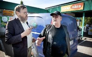 Sten Hjalmarsson, sommarboende i Stensbo, och Sunnansjöbon Ted Holmqvist menar att det kan finnas flera tänkbara förklaringar till branden.Foto: Fredric Gustafsson