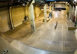 SÖDERHAMN HAR EN HALL. Så här ser det ut i den 300 kvadratmeter stora inomhushallen i Söderhamn som kom till efter hårt arbete av den lokala skateboardföreningen.