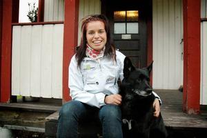 HUNDEN. Familjens hund Cos är glad att se Bettan Högberg på hemmaplan i Jädraås. Det är inte så ofta hon hinner dit, nu när hon satsar stenhårt på att nå världseliten i skidskytte.