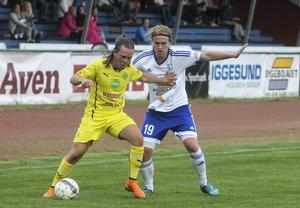Iggesunds tvåmålsskytt Fredrik Rahm i kamp med Ljusdals Lukas Nilsson.