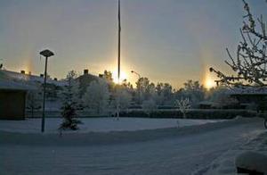 Solfenomen i Östersund. Den här bilden tog jag en förmiddag från vår gårdsplan på Tallåsvägen. Mitt för vår flaggstång har solen gått upp och som synes har det uppstått två solar till plus en regnbåge på det. Det var 21 grader kallt och vilken fin rimfrost det bildats överallt! Vintriga hälsningar från Olle Edholm.