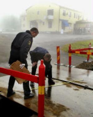 Polisens tekniker säkerställde bevismaterial. Bland annat spår efter flyktbilen.