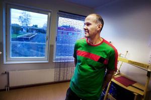 """Nio skotthål fanns i fönsterrutorna på gaveln till Körfältets förskola när elevassistenten Mauritz Bjuhr och hans kollegor kom till lokalerna på onsdagsmorgonen. """"Det händer lite då och då att det klottras eller krossas rutor här, säger Mauritz Bjuhr. Foto: Håkan Luthman"""