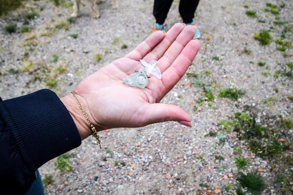 Johanna plockar upp smält glas glas från marken, - man förstår hur hett det måste ha varit, säger hon.