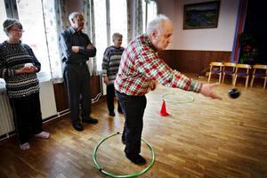 Det är inte kulor som gäller när boule spelas inomhus utan det är bollar. Lennart Karlsson slänger iväg en boll när han spelar boule.