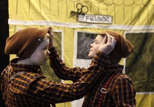Bill (Ebba Zetterqvist) och Bull (Louise Jildevik) är så korkade att Måns hotar med indragen sill i en vecka.Foto: Johan Wahlgren