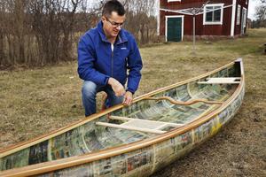 """Kanoten är Paul Allsops senaste projekt. Byggmaterialet består till stor del av Nerikes Allehanda. Bygget har tagit ungefär tre veckor. Idén till det udda bygget föddes då han läste om ett annat båtbygge på nätet, där någon hade lämnat kommentaren """"bygger du av papper?""""."""