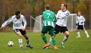 Rasmus Augustsson tråcklar sig förbi Markus Kristensson och Edvin Johannesson.