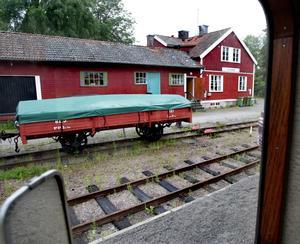 PRIOBILD Sevärdhet i Almunge. En 109 år gammal lastvagn från Byvalla-Långshyttans järnväg är en intressant sevärdhet vid Almunge station längs museibanan. Foto:Gunne Ramberg