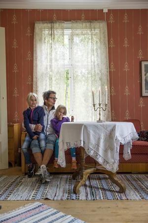 Ulla Johansson, Lännäs, tillsammans med sondöttrarna Tilde och Wilma i den renoverade gamla byskolan. Det här rummet, plus ett rum till och ett kök, var lärarinnans privata del.