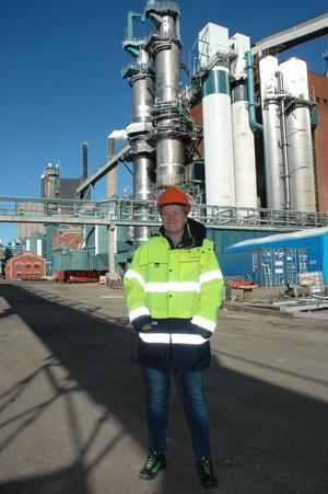"""TVÅ LINJER. I dag har Skutskärsfabriken tre produktionslinjer. Nu ska de                                            minska till två för att bli effektivare och öka produktionen från dagens 85 procent till 90 procent. """"Det är viktigt att varje person förstår att de är                                              nyckelpersoner"""", säger platschef Eva Karlsson Berg."""