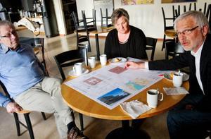 Detaljplanen för polishuset är uppe på bordet och får grönt ljus av kommunpolitikern Göte Murén, s, stadsarkitekt Siv Reutersvärd och planingenjör Berth Gillberg.Foto: Ulrika Andersson