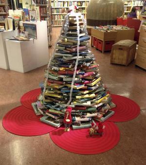 Och inne i biblioteket glittrar bokgranen - ett litet tips till juldekoration för den som tröttnar på böcker i rader och högar.
