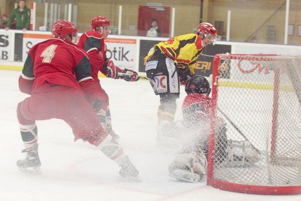 Svegs hockeyherrar i den sista hemmamatchen förra säsongen som även den slutade med förlust, 11-3 till bortalaget Ånge.