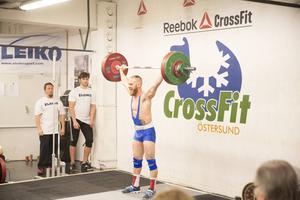 Den stora hemmaprofilen var Andreas Olsen och han gjorde ingen besviken. Olsen vann 77-kilosklassen och kvalade också in till SM med totalresultatet 232 kilo. Här ser vi Olsen ta 130 kilo i stöt.