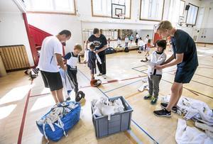 Inomhus. När massor av andra barn lekte utomhus sökte sig ett gäng till andra äventyr i Nikolaiskolans gymnastiksal.