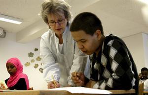 Individanpassad undervisning gäller i förberedelseklasserna på Rosen. Läraren Iréne Sveder hjälper Aziz Jafari. I bakgrunden syns Hafsa Farah Abdullahi och Abdirsak Muhammed.