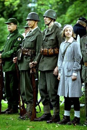Inte 100 år gamla men väl omkring 60 år gamla uniformer visade medlemmarna i Gästrike militärhistoriska förening upp i samband med regementets dag. I förgrunden Helen Linander klädd som en lotta på 40-talet.
