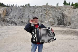 Walter Norlén konstaterar att akustiken i hans bergtäkt, möjlig ny plats för en friluftsscen i Boggsjö, är lite stum.