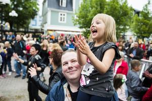 Fyraåriga Leone Lindberg svängde med ordentligt till Sarahas väldigt dansvänliga låtar.