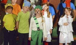 Omkring 35 barn från By-Folkärna pastorats barnkörverksamhet deltog i föreställningen.
