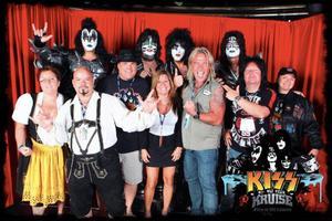 Björn Höglund tillsammans med medlemmarna i Kiss – och några andra hardcorefans.