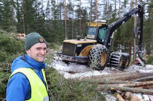 Jägmästare Jonas Svensson tycker att avverkningen i ett fäbodområde är båda tidskrävande och intressant.
