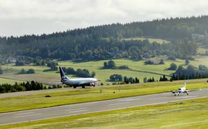 Två plan på väg att lämna Åre Östersunds flygplats. Conny bestämmer vem som ska starta först och vilken kurs och höjd piloterna ska flyga på.