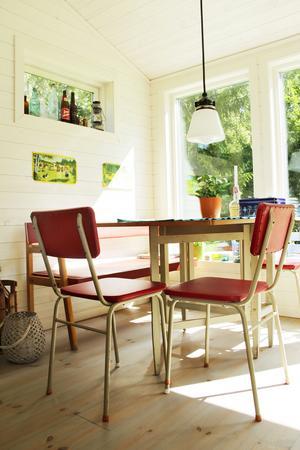 Ett hopplock av möbler som passar finfint tillsammans. Soffan stod i köket hemma hos mormor och morfar som flyttade från Hälsingland till Gävle 1958. Slagbordet kommer från Anders svärfar och stolarna stod i den gamla stugan på Limön.