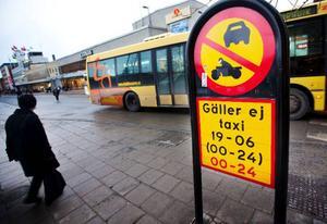 """Förbud mot trafik med annat motordrivet fordon än moped klass II. """"Om någon kör motordrivet fordon där det inte är tillåtet blir det 1 000 kronor i böter"""", säger Anders Sandqvist.Om en klass I-moped eller en fyrhjuling skulle köra här blir det en femhundring  i böter."""