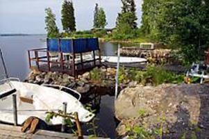 Foto: GUN WIGH Stör grannfriden. Här, i ett annars idylliskt sommarstugeområde i Hamrångefjärden, har en brygga byggts ut med uteplats och båtplats. På en allmänning.