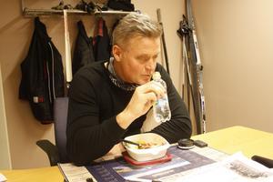 Som tränare för U14, hockeygymnasiet och Malungs IF:s A-lag intar Ulf Skoglund ofta maten i alla hast mellan passen på tränarrummet i Malungs ishall.