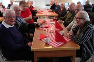 Väninnorna Ingrid Andersson, till vänster, och Asta Nordell, till höger, följdes åt till julbordet på hembygdsgården.