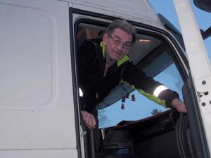 Börje Olsson från Norrköping fick se sin bil glida baklänges utför backen i Harma. En bärgning för 10000 kronor kostade det honom att få lastbilen på vägen och uppför backen.