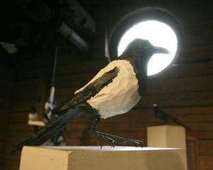 Pär Ljusberg med fågelskulptur i trä.