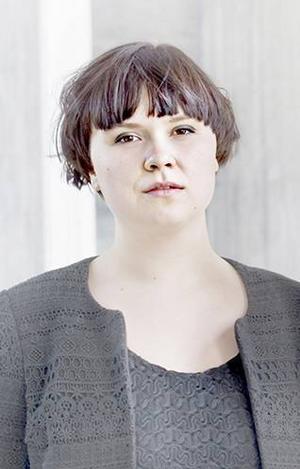 Janinne Sandström Oja, sång och synth i bandet Könsförrädare.– Systraskap är så coola och bra som en själv önskar att en var. De är inspirerande och fräna. De är sådana som Könsförrädare längtar efter att dela en påse chips med.